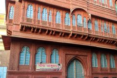 Raju and Miri in front of a Haveli